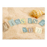 Falta de usted en la arena con el seashell tarjetas postales