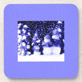 Familia azul feliz del muñeco de nieve en nieve posavasos de bebidas