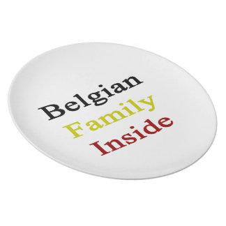 Familia belga dentro plato de cena