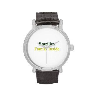 Familia brasileña dentro relojes
