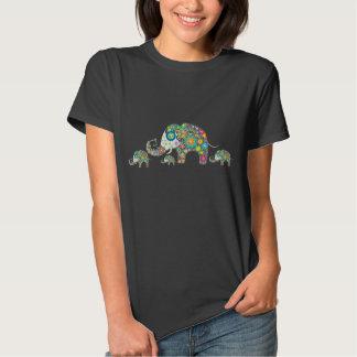 Familia colorida retra del elefante de la flor remera