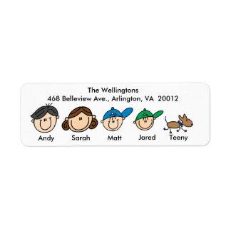 Familia con las etiquetas de dirección del perro