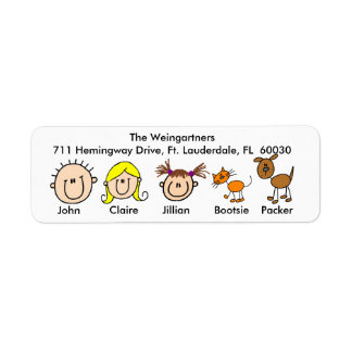 Familia con las etiquetas de dirección del perro y