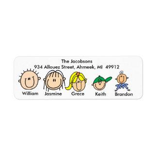 Familia con tres etiquetas de dirección de los niñ