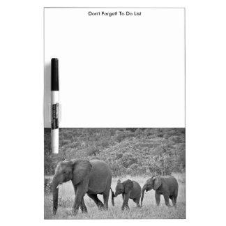 Familia de elefantes surafricanos pizarras blancas
