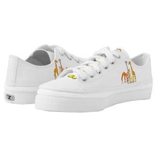 Familia de la jirafa en los zapatos anaranjados y zapatillas