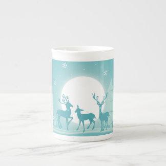 Familia de los ciervos en taza de café del día de