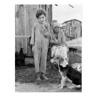 Familia del aparcero con el perro de caza, 1935 postal