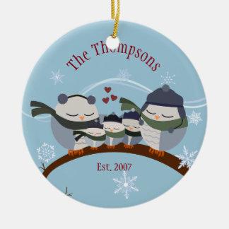 Familia del búho de cinco en el ornamento del adorno navideño redondo de cerámica