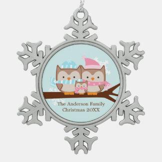 Familia del búho del invierno adorno de peltre en forma de copo de nieve