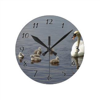 Familia del cisne con la mamá y anadones o pollos reloj redondo mediano