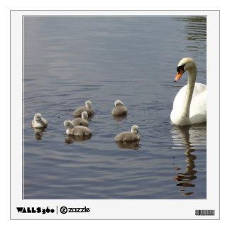 Familia del cisne con la mamá y anadones o pollos vinilo