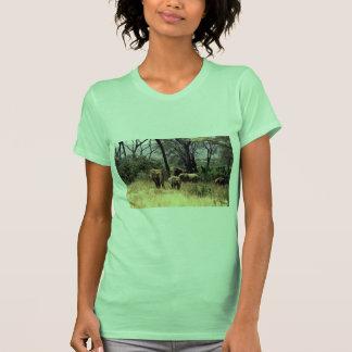Familia del elefante en el arbusto camiseta
