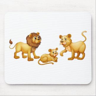 Familia del león con el pequeño cachorro lindo alfombrillas de ratones
