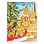 Familia del pan de jengibre con su árbol de navida tarjeta postal