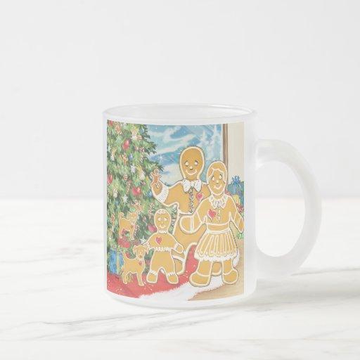 Familia del pan de jengibre con su árbol de navida taza