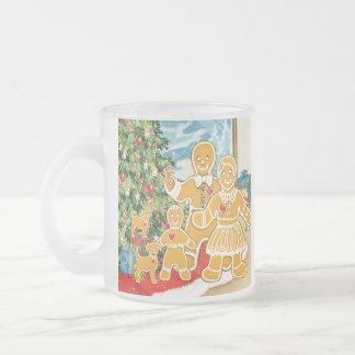 Familia del pan de jengibre con su árbol de taza de café esmerilada