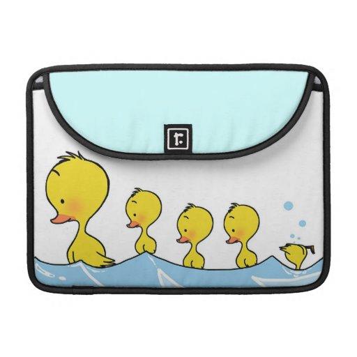 Familia del pato de la natación fundas para macbook pro