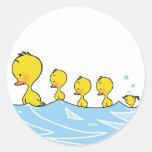 Familia del pato de la natación pegatina redonda