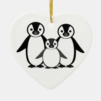 Familia del pingüino adorno navideño de cerámica en forma de corazón