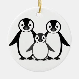 Familia del pingüino adorno navideño redondo de cerámica