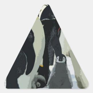 Familia del pingüino con el polluelo pegatina triangular