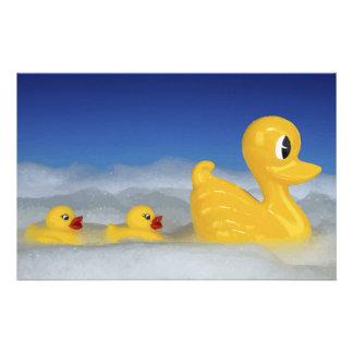 Familia Ducky de goma en sistema del baño Papeleria