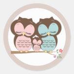 Familia dulce del pequeño búho en una rama pegatinas