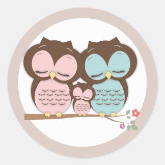 Familia dulce del pequeño búho en una rama pegatinas redondas