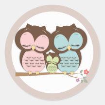 Familia dulce del pequeño búho en una rama pegatina redonda