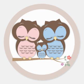 Familia dulce del pequeño búho en una rama etiquetas redondas
