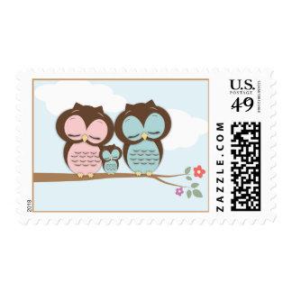 Familia dulce del pequeño búho en una rama sello postal