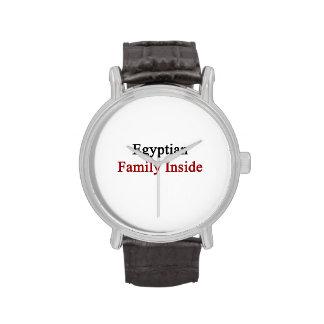 Familia egipcia dentro relojes de mano