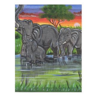 Familia feliz de Elephalants en el lago salvaje Postal