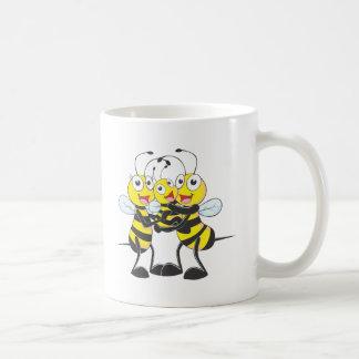 Familia feliz de la abeja taza de café