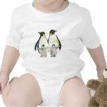 Familia feliz linda del pingüino: Camiseta infanti