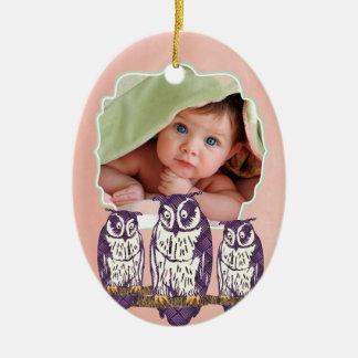 Familia geométrica estilizada púrpura del búho adorno ovalado de cerámica
