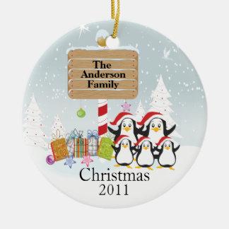 Familia linda de los pingüinos de ornamento de 5 adornos de navidad