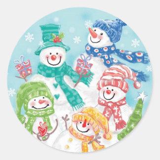 Familia linda del muñeco de nieve del navidad en pegatinas redondas