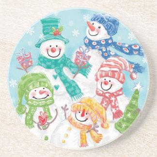 Familia linda del muñeco de nieve del navidad en posavasos cerveza