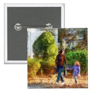 Familia - madre e hija que toman un paseo pins