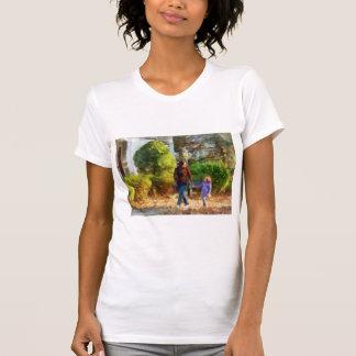 Familia - madre e hija que toman un paseo camiseta