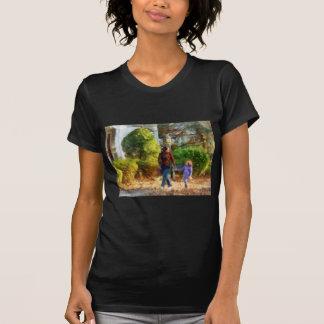 Familia - madre e hija que toman un paseo camisetas