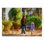 Familia - madre e hija que toman un paseo felicitaciones