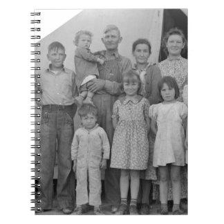 Familia migratoria durante cosecha del guisante -- libros de apuntes con espiral