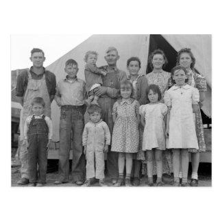 Familia migratoria durante cosecha del guisante -- postal