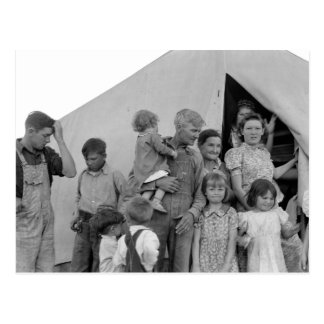 Familia migratoria durante cosecha del guisante -- postales