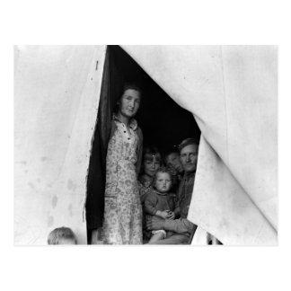 Familia migratoria durante cosecha del guisante -- tarjeta postal