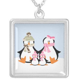 Familia militar del pingüino collar plateado