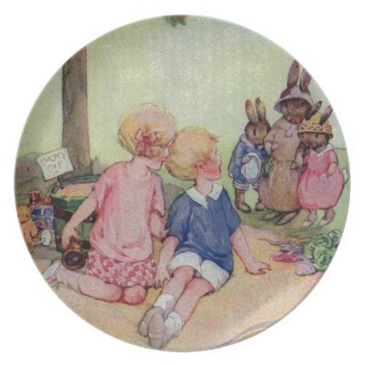 Familia minúscula del conejito plato de comida